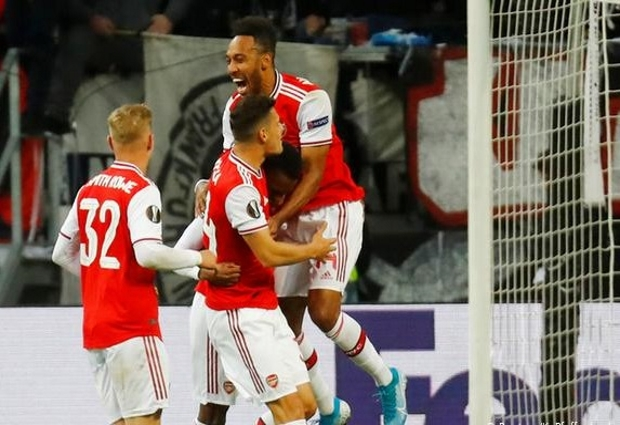 Eintracht Frankfurt 0 -3 Arsenal: Saka punishes 10-man hosts