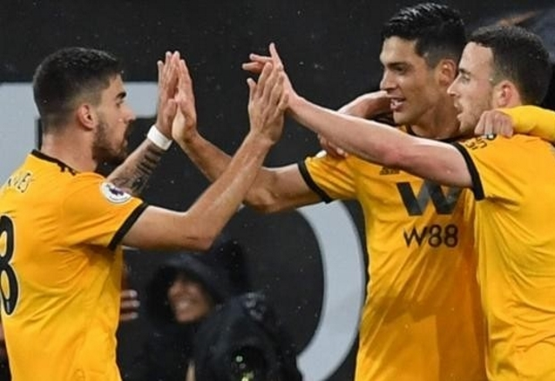 Wolves 2 -1 Manchester United: Young dismissed as Solskjaer's side miss chance to go third